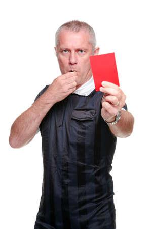 arbitros: �rbitro de f�tbol que le muestran la tarjeta roja, aisladas sobre fondo blanco. Foto de archivo