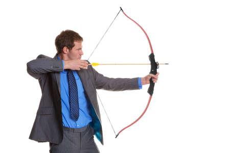 arco y flecha: Empresario en traje a rayas de tiro de arco y flecha, aislado en un fondo blanco.