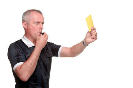Side profiel van een scheidsrechter waarop de gele kaart, geïsoleerd op een witte achtergrond.