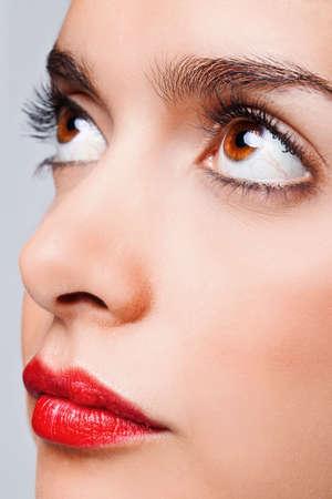 ojos marrones: Cerrar la cara de retrato de una mujer con grandes ojos marrones y labios rojos y brillantes