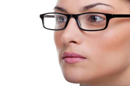 黒メガネ フレームの外を見て魅力的な女性のクローズ アップ
