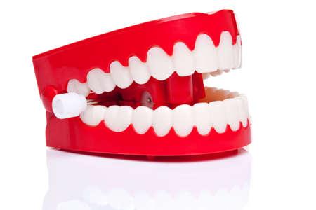 dentadura postiza: Un par de broma terminan parlanchines dientes sobre un fondo blanco puro, foto de alta resoluci�n.