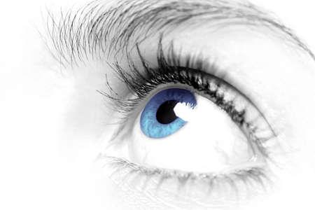Vrouwelijke blauwe ogen sluiten van hoge sleutel