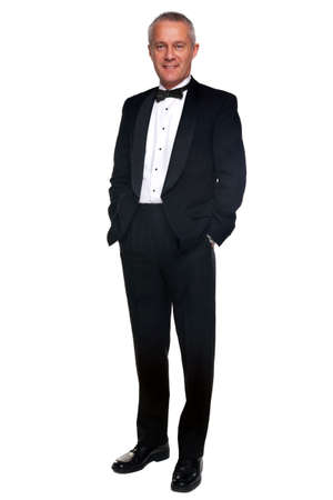 bow tie: Un macho adulto, vistiendo un esmoquin negro y corbata, aislado en un fondo blanco.