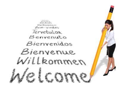 de bienvenida: Empresaria de escribir la palabra Bienvenido en varios idiomas europeos con un l�piz gigante, aislado en un fondo blanco.