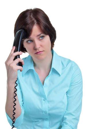Una donna al telefono che è stato messo in attesa, isolato su uno sfondo bianco.