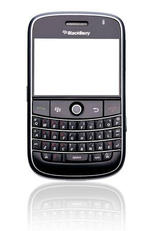 Een BlackBerry Bold 9000 smartphone, geïsoleerd op wit met uitknippaden voor zowel telefoon en het scherm.