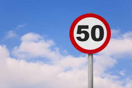 number 50: Una ronda roadsign con el n�mero 50 en �l contra un cielo nublado azul.
