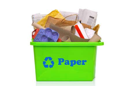 reciclaje papel: Foto de un libro verde reciclaje bin aislado en un fondo blanco.