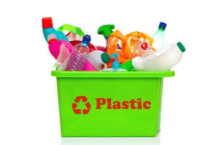 papelera de reciclaje: Foto de una bandeja de reciclaje pl�stica verde aislada en un fondo blanco.