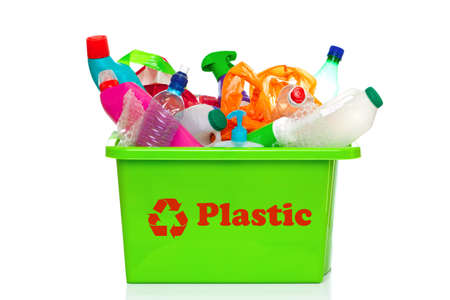 Foto di un verde di plastica riciclaggio bin isolato su uno sfondo bianco.