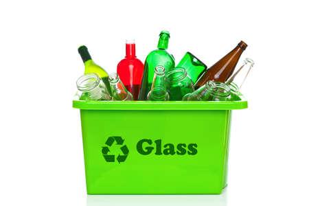 papelera de reciclaje: Foto de un cristal verde reciclaje bin aislado en un fondo blanco.