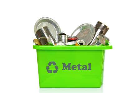 reciclable: Foto de una bandeja de reciclaje metal verde aislada en un fondo blanco.  Foto de archivo