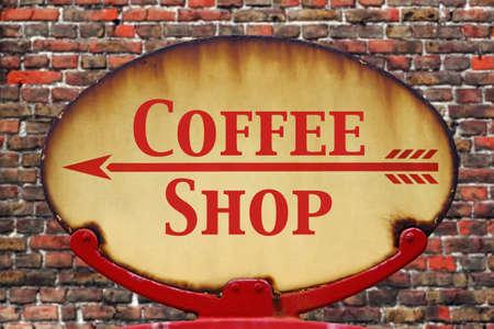 yesteryear: Un antiguo letrero de flecha retro oxidado con la tienda de caf� de texto Foto de archivo