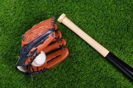 guante de beisbol: Foto de un murci�lago de guante de b�isbol y la bola sobre c�sped Foto de archivo