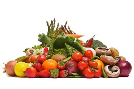 Foto van een grote groep van groenten en fruit geïsoleerd op een witte achtergrond.