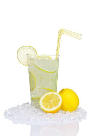 ice crushed: Foto van traditionele limonade in een glas met crushed ijs en citroen segmenten, geïsoleerd op een witte achtergrond.