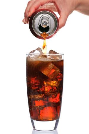 frisdrank: Foto van Cola wordt gegoten in een glas met ijs blokjes in, geïsoleerd op een witte achtergrond.