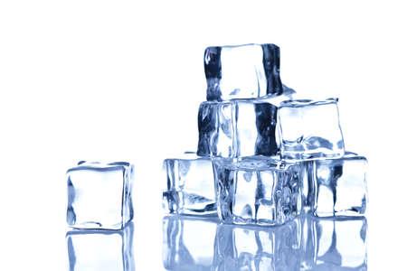 Foto di cubetti di ghiaccio isolato su uno sfondo bianco.