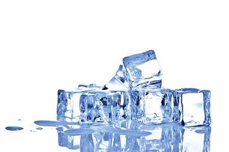 cubos de hielo: Foto de cubos de hielo aislado en un fondo blanco. Foto de archivo
