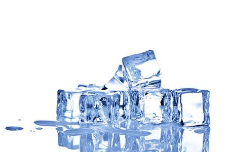 Foto di cubetti di ghiaccio isolato su uno sfondo bianco. Archivio Fotografico - 8855465