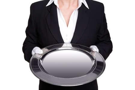 trays: een vrouwelijke butler houden een zilveren dienblad, geïsoleerd tegen een witte achtergrond. Goed imago voor productplaatsing.