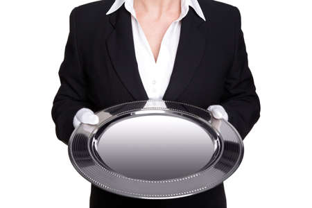 bandejas: un mayordomo femenino con una bandeja de plata, aislada contra un fondo blanco. Buena imagen para la colocaci�n del producto. Foto de archivo