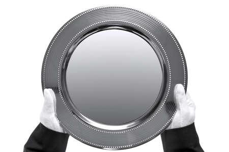 bandejas: bandeja de plata por un mayordomo, dispar� desde arriba y aislado en un fondo blanco.