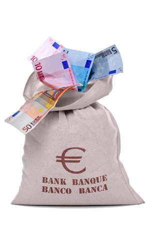 banconote euro: Foto di un denaro sacchetto pieno e traboccante di banconote in Euro, ritagliate su sfondo bianco.