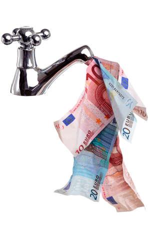 banconote euro: un rubinetto o un rubinetto con i soldi che scorre da esso, immagine di concetto di buon flusso di cassa, isolato su uno sfondo bianco. Archivio Fotografico