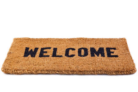 bienvenida: una alfombra de bienvenida puerta aislada sobre un fondo blanco. Foto de archivo