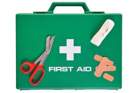 botiquin primeros auxilios: Foto de un botiqu�n aislado en un fondo blanco con trazado de recorte. Foto de archivo