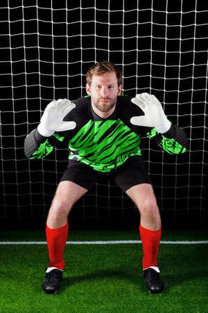 goal keeper: Foto van een keeper geconfronteerd met een strafschop, goed imago voor begrippen als besparingen of veiligheid, alsmede voetbal gerelateerde thema's.