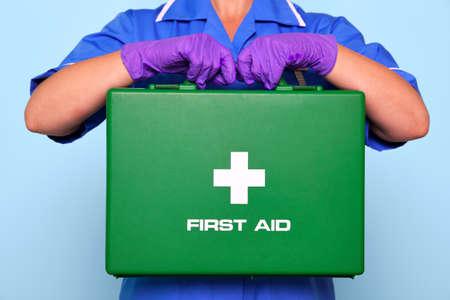 botiquin primeros auxilios: Foto de enfermera en uniforme con un botiqu�n verde.