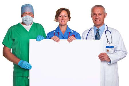 equipe medica: Foto di un team di medici in possesso di un manifesto vuoto per aggiungere il proprio messaggio, isolato su uno sfondo bianco.