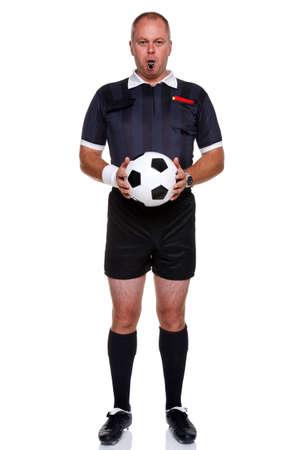 arbitros: Foto de longitud completa de un �rbitro de f�tbol o f�tbol sosteniendo una pelota con un silbato en la boca, aislado en un fondo blanco.