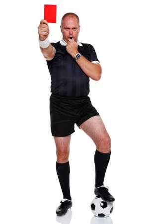 Foto de longitud completa de un árbitro de fútbol o fútbol mostrando la tarjeta roja para un envío, aislado en un fondo blanco.