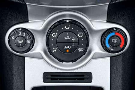 Foto dei controlli su un cruscotto auto aria condizionata.