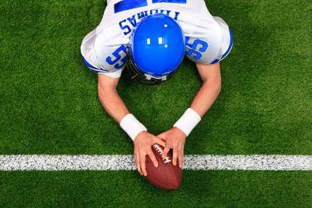 jugador de futbol americano: Foto a�rea de un jugador de f�tbol americano hacer una toma de contacto con las dos manos en el bal�n. El uniforme que lleva puesto es una que yo hab�a hecho uso de mi nombre y no representa los colores del equipo actual.
