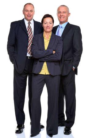 Foto van een volwassen business team bestaande uit twee zakenmannen en een zakenvrouw, volledige lengte en geïsoleerd op een witte achtergrond.