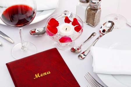 fork glasses: Ancora foto di vita di un menu su un tavolo al ristorante. Archivio Fotografico