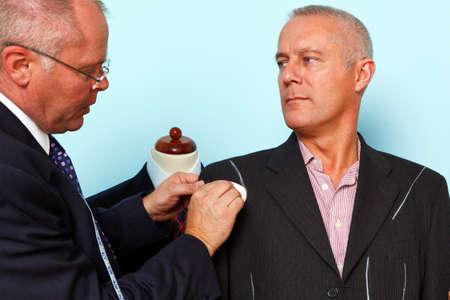 tailor measure: Foto di un sarto che fanno alcuni segni di gesso su una giacca durante la fase finale di un raccordo abito su misura.