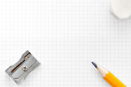 sacapuntas: Foto de papel en blanco gráfico cuadrado con un lápiz amarillo, goma de borrar y sacapuntas, añadir su propio texto o diagrama Foto de archivo