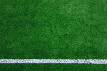 pasto sintetico: Foto de un verde césped artificial campo de deportes con la línea blanca dispararon desde arriba