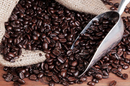 Photo of coffee beans in a hessian sack with metal scoop Standard-Bild