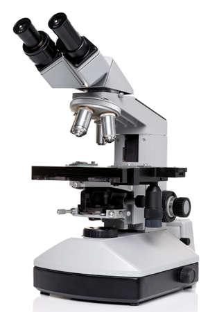 microscope: Foto de un microscopio de laboratorio profesional ocular con ocular estéreo aislado en un fondo blanco. Esta es una pieza auténtica del equipo y del tipo que se utilizaría en un laboratorio real.