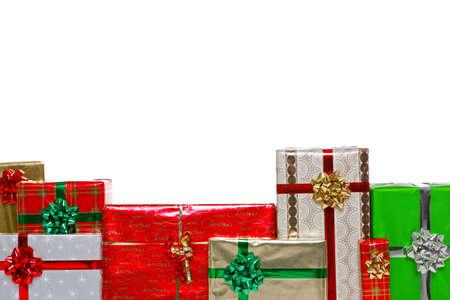 gifts: Een groep van cadeau verpakt kerstcadeautjes met bogen en linten, geïsoleerd op een witte achtergrond en geplaatst onderframe voor u om een bericht boven toe te voegen.
