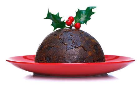 plum pudding: Un budino cotto a vapore di Natale con agrifoglio in alto isolato su uno sfondo bianco. Archivio Fotografico