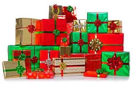 gifts: Een grote groep geschenk kerstcadeautjes verpakt in een kleurrijke verscheidenheid van inpakpapier met linten en bogen, gesoleerd op een witte achtergrond. Stockfoto