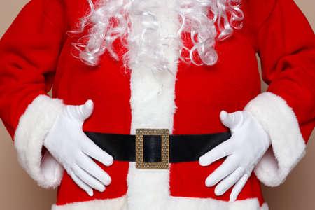Kerstman houdt zijn buik, twee veel koekjes denk ik. Stockfoto